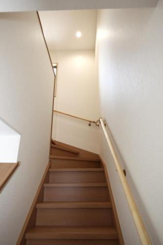 階段は蹴上の高さを抑えて、ゆったりと上がれるようにお作りました。