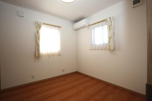 光が多く入り込み、明るい部屋を作りました。