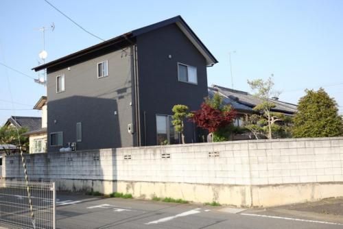 外壁の色遣いが特徴的な家となっております。